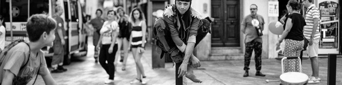 Il giullare medievale dei nostri tempi, esperto in rievocazioni storiche, spettacoli medievali, rievocazioni medievali, feste medievali. Giullare di corte dal 1997. Lasciatevi trasportare dalla follia o rischierete di perdere la via. Giullare sinonimo di allegrezza.